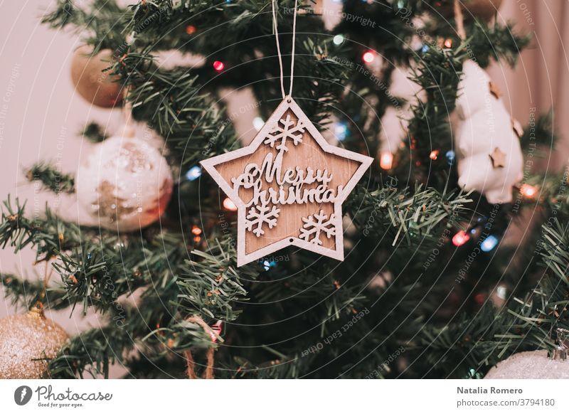 Ein Weihnachtsstern hängt am Weihnachtsbaum. Weihnachtsdekoration. Nahaufnahme Weihnachten dekorativ Feier Frohe Weihnachten Dezember Weihnachtsbeleuchtung