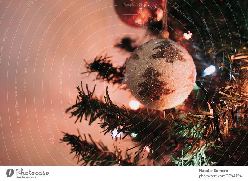 Eine Weihnachtskugel hängt am Weihnachtsbaum. Weihnachtsdekoration. Nahaufnahme. Weihnachten dekorativ Feier Frohe Weihnachten Dezember Weihnachtsbeleuchtung
