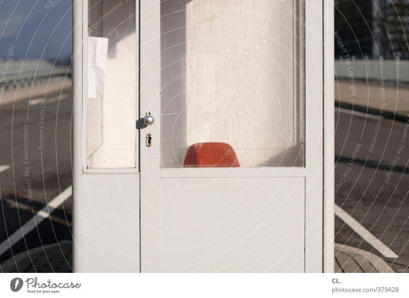 pause Ferien & Urlaub & Reisen Stadt Einsamkeit ruhig Straße Wege & Pfade Tür Verkehr warten Platz trist leer Sicherheit Pause Stuhl Dienstleistungsgewerbe