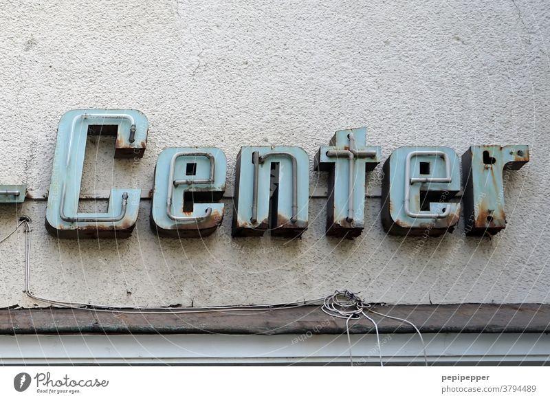 Möbelzentrum, Neonreklame eines alten Möbelhauses Neonlampe Neonlicht Farbfoto Möbelkaufhaus Zentrum Schilder & Markierungen Wand Schriftzeichen Leuchtreklame