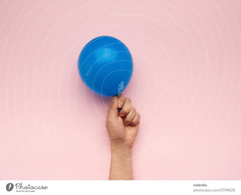 weibliche Hand, die einen aufgeblasenen blauen Luftballon hält Air Jahrestag Arme Hintergrund Ball Ballon Geburtstag blanko Kaukasier Feier Nahaufnahme