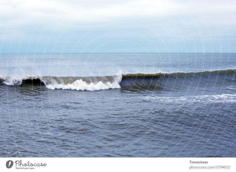 Nordsee, Himmel und Welle Wellengang Wasser Meer Dänemark Menschenleer Außenaufnahme Farbfoto Urelemente Wolken sanft Gischt blau weiß Horizont