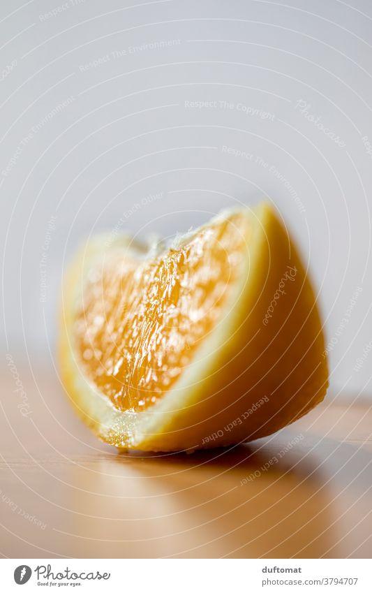 Makro Aufnahme einer Orangenscheibe auf Tisch Vitamin Ernährung Lebensmittel Gesundheit Frucht Vitamin C Bioprodukte Vegetarische Ernährung Gesunde Ernährung