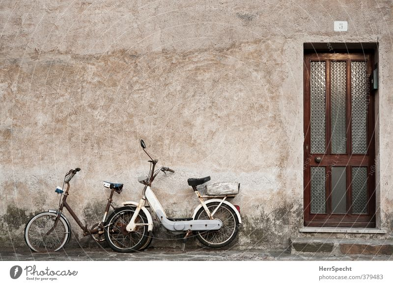Gemeinsam rosten alt weiß Einsamkeit Haus Wand Traurigkeit Mauer Gebäude braun Fassade Tür Fahrrad warten trist ästhetisch kaputt
