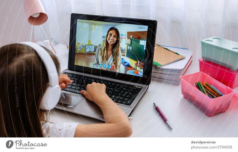 Laptop mit Lehrerlehrklasse per Videokonferenz Online-Kurse Bildschirm Videoanruf soziale Distanzierung Heimunterricht Mädchen covid-19 digitale Weisheit