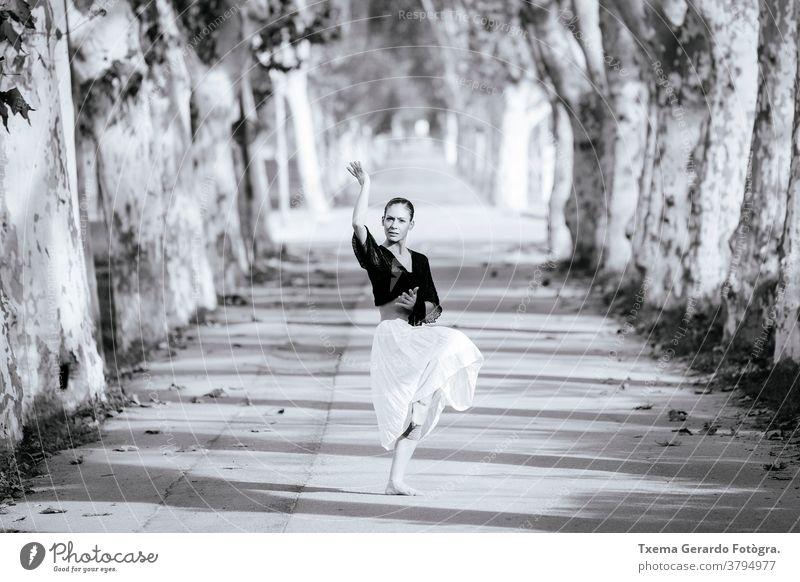Ausdrucksstarke zeitgenössische spanische Tänzerin, die ihre Straßenkunst zeigt Ballerina Flamencotänzer Spanisch Zeitgenössischer Tanz Kunst Musik Künstlerin
