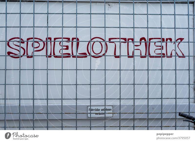 SPIELOTHEK Spielothek Schilder & Markierungen Hinweisschild Außenaufnahme Schriftzeichen Glücksspiel Nahaufnahme Games spielen Gewinnspiel Spielen