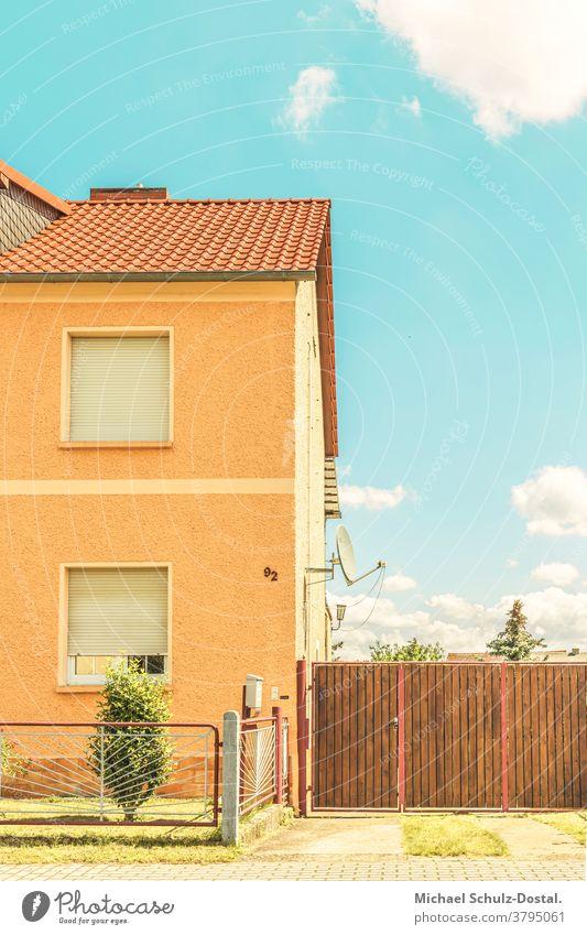 Doppelhaushälfte mit Kleinstadtidyll Urban city Wohnung Haus grafisch farbe form fläche minimal geometrie harmonie Siedlung siedlungshaus Idylle warm Einfahrt