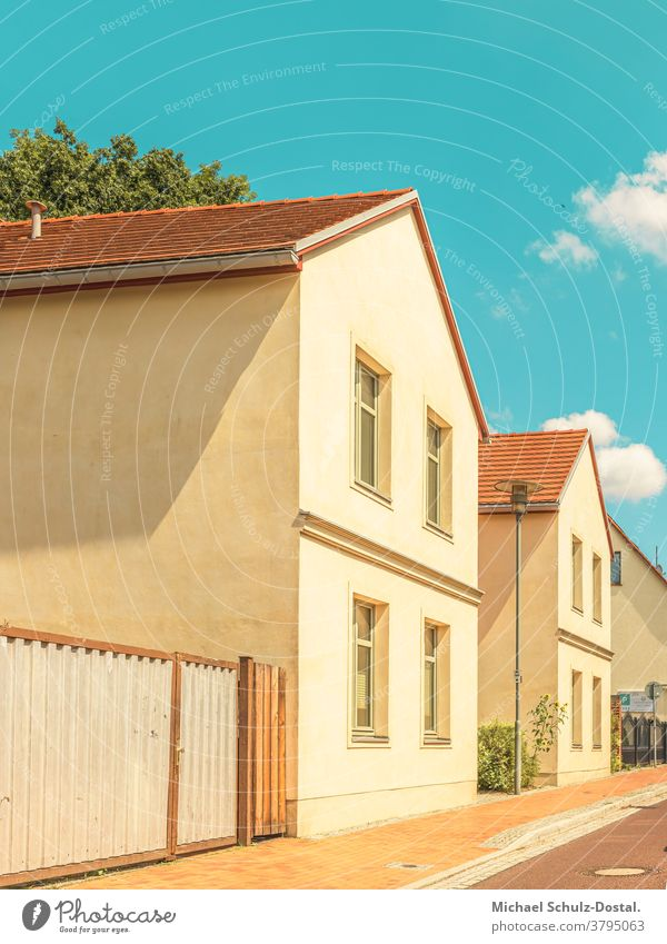 Kleinstadtidylle im Hochsommer Urban city Wohnung Haus grafisch farbe form fläche minimal geometrie harmonie Siedlung siedlungshaus Idylle Sommer