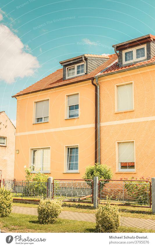Buntes Siedlungshaus in einer Kleinstadt Urban city Wohnung Haus grafisch farbe form fläche minimal geometrie harmonie warm siedlungshaus