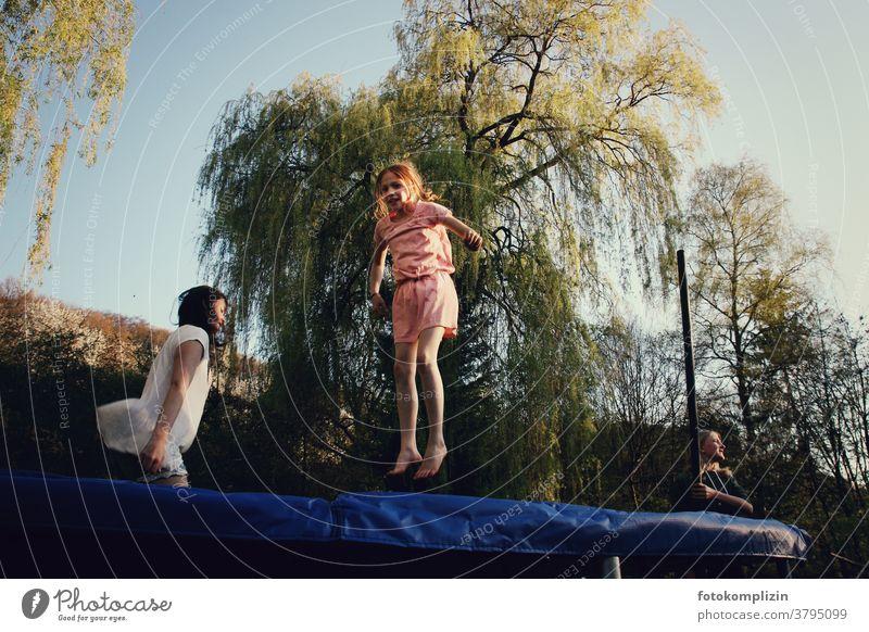 zwei hüpfende Mädchen auf Trampolin Funsport springen springend Spielen Akrobatik aktivität Bewegung Kinder lebendig sich spüren Beweglichkeit Selbstvertrauen