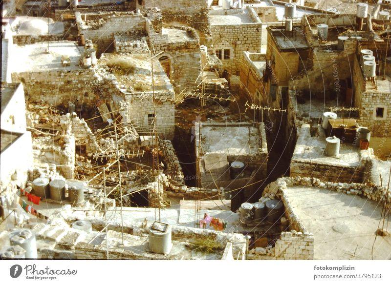 Dachlandschaft in Israel über den Dächern Antennen Wäscheleinen Lebensraum Menschenleer Stadt Stadtlandschaft menschenleer alt stadtsanierung Stadtleben