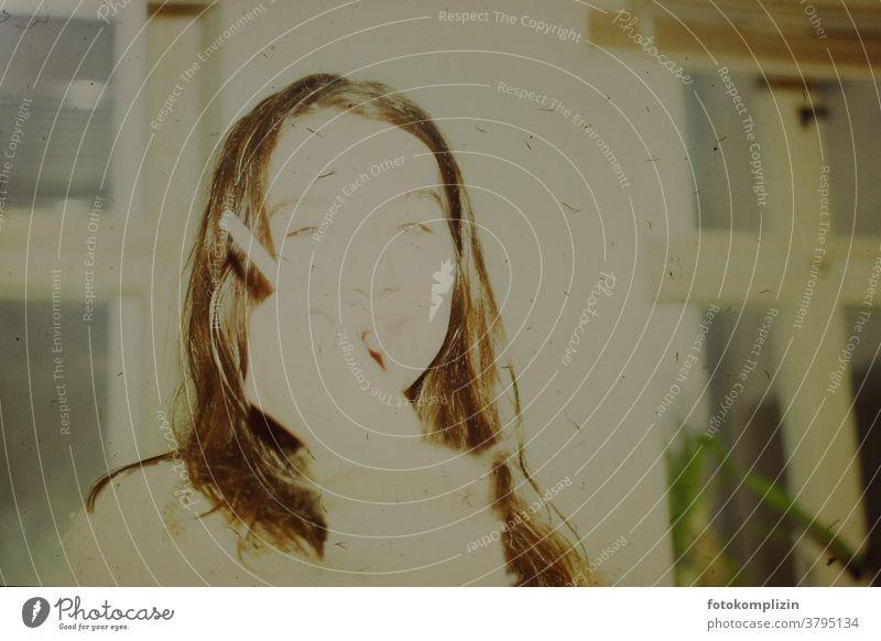 vergilbtes überbelichtetes Portrait einer jungen Frau mit Zigarette Person brünett rauchend analog nostalgisch verblasst erinnerungen posierend Diapositiv Dame