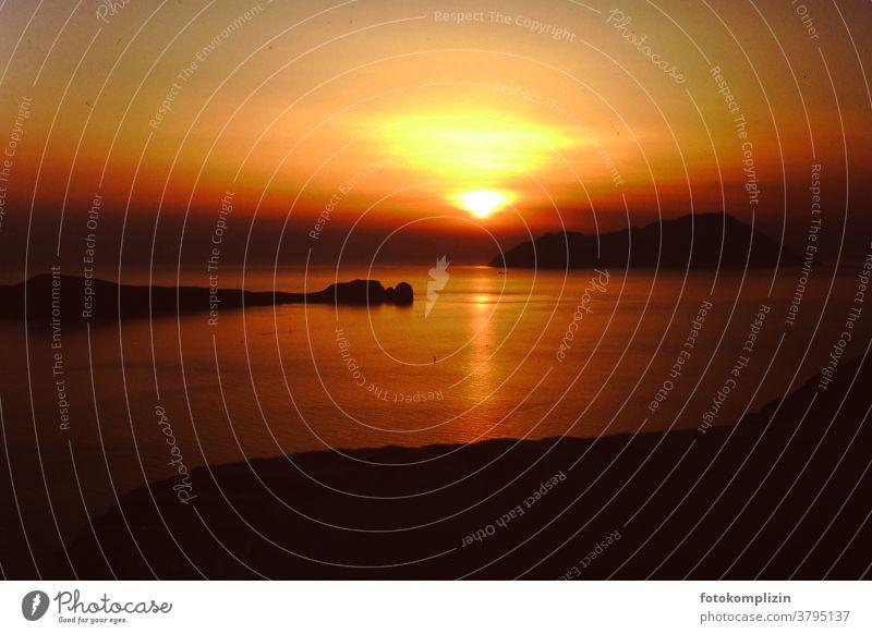 Sonnenuntergang am Meer auf einer griechischen Insel Abend Stimmungsbild Himmel leuchten retro Sonnenuntergangsstimmung Roter Himmel Abendlicht Licht