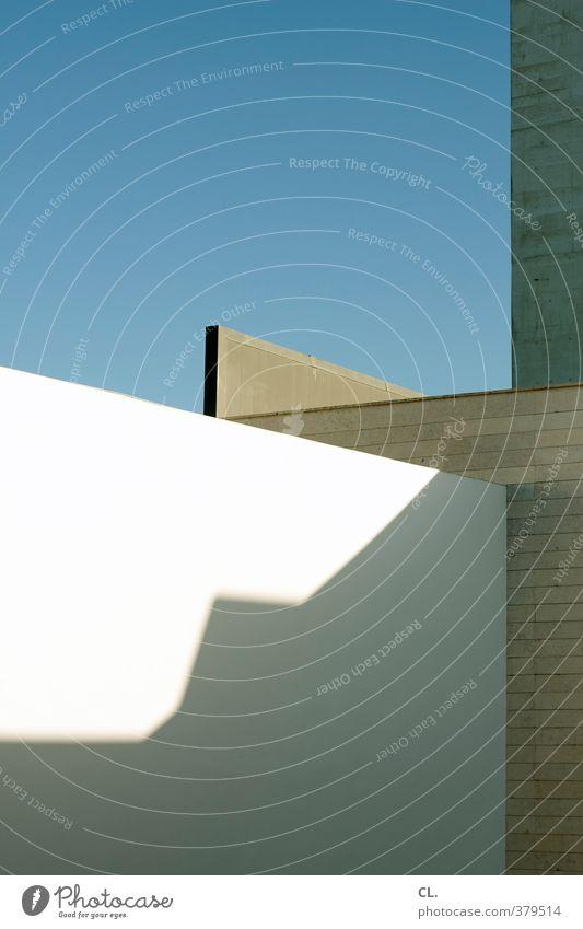 licht und schatten Himmel blau Stadt weiß Sonne Haus Ferne Wand Architektur Mauer Gebäude grau Stein Fassade Ordnung modern
