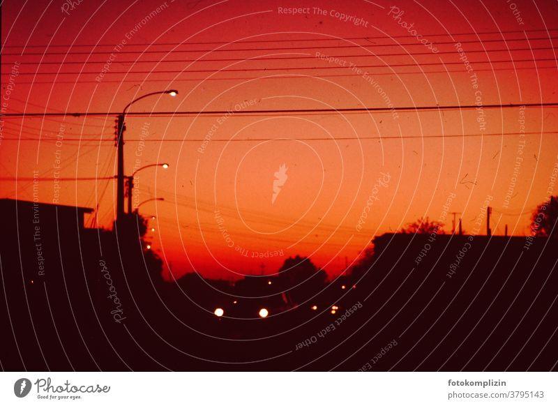 blutroter Himmel mit Straßenlampen und Autoscheinwerfer-Lichtern Dunkelheit Dämmerung Lampe Nacht dunkle Jahreszeit Abend leuchten Nachtleben dunkel