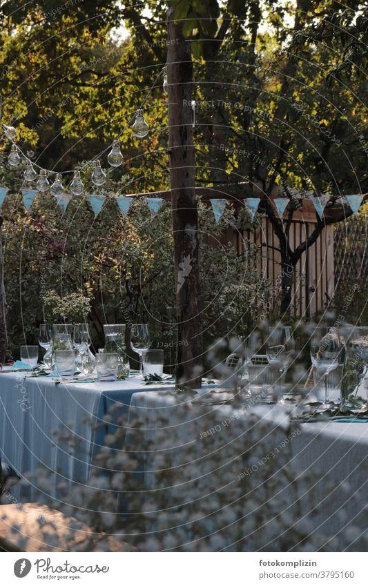 gedeckter Gartentisch mit blauer Tischdecke und Dekoration im Garten Gartenidylle romantisch Romantik Sommer Dekoration & Verzierung gedeckter Tisch Gartenfest