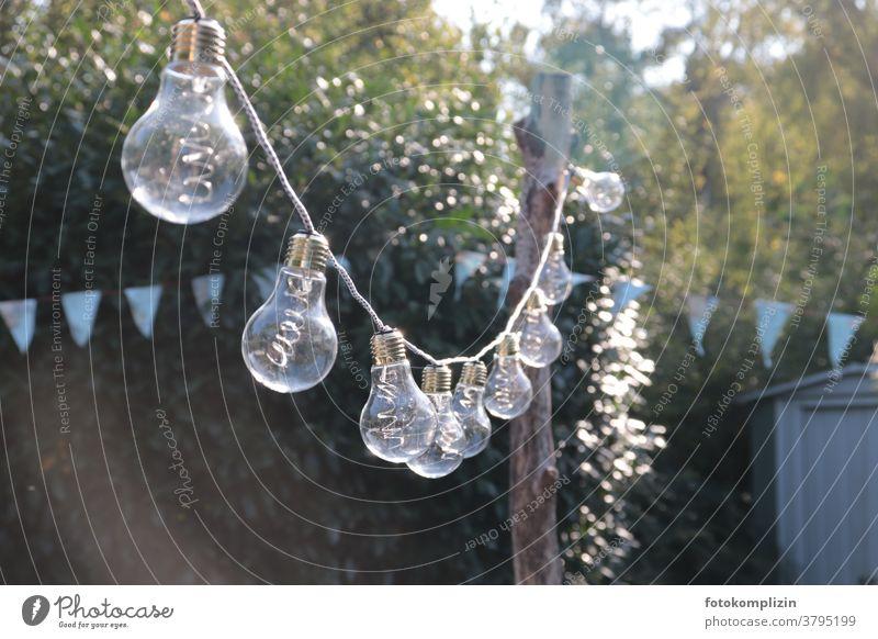 Glühbirnen-Lichterkette in einem Garten Beleuchtung Dekoration & Verzierung Feste & Feiern Party Gartenfest Sommer leuchten Kunstlicht Gartenparty festlich