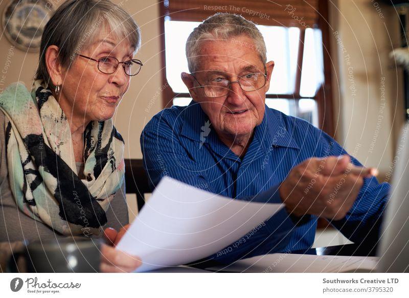 Älteres Ehepaar zu Hause überprüft persönliche Finanzen am Laptop Paar Senior Senioren in den Ruhestand getreten Computer online verbunden das Internet