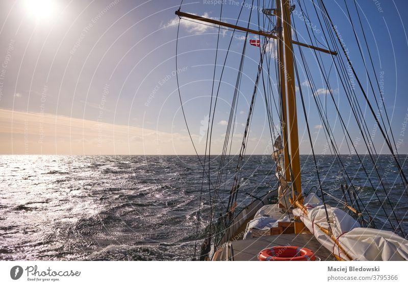Segeln auf einem alten Schoner bei Sonnenuntergang, Reise- und Abenteuerkonzept, Schiff reisen Wasser Kreuzfahrt Freiheit winken MEER Lifestyle Horizont Boot