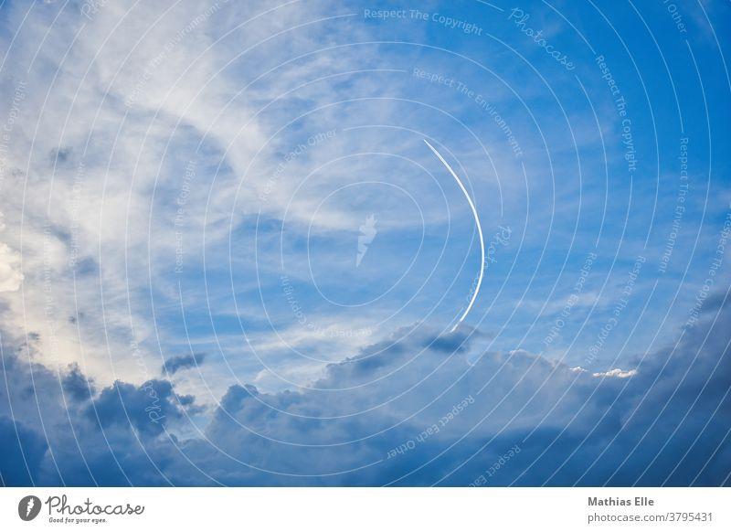Flugzeug fliegt eine Kurve Kondensstreifen Ferien & Urlaub & Reisen flugzeug Umwelt Schönes Wetter Linie kondensstreifen wolkenlos Dreieck Himmel (Jenseits)