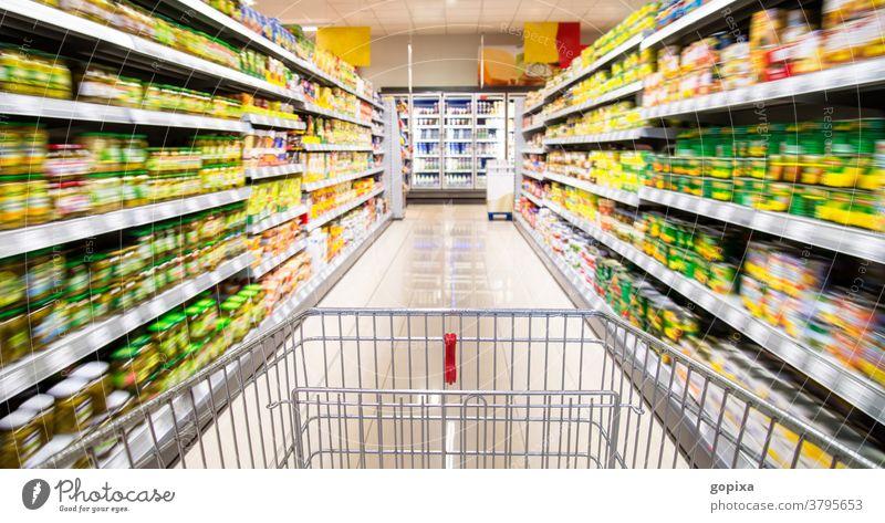 Einkaufswagen im Supermarkt Lebensmittel Einzelhandel einkaufen Warenregal Handel Sortiment Verkauf Innenraum verkaufen Lebensmittelhandel Angebot Convenience
