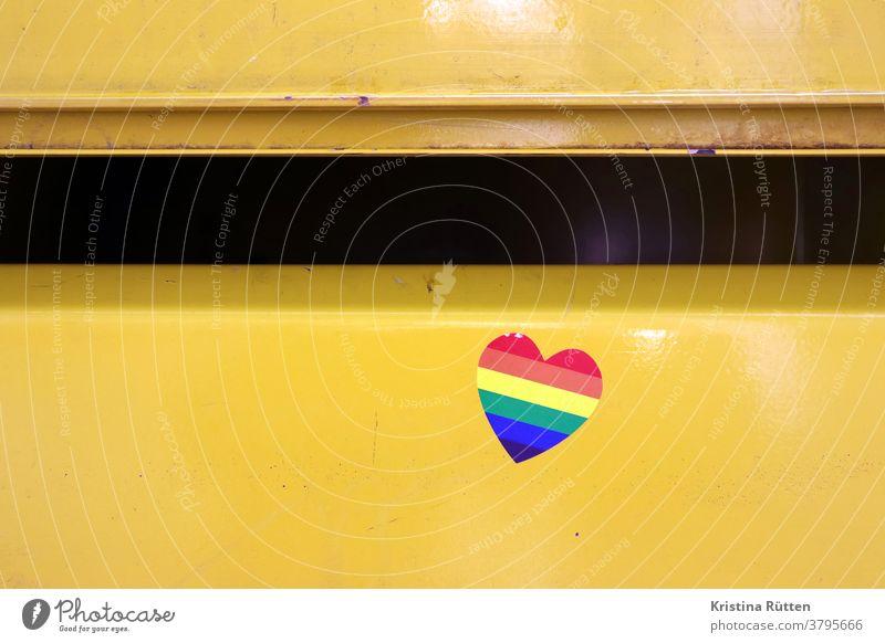 regenbogen herz aufkleber am briefkasten herzchen regenbogenfarben briefkastenschlitz symbol symbolisch lgbt schwul lesbisch lesben schwule transgender queer