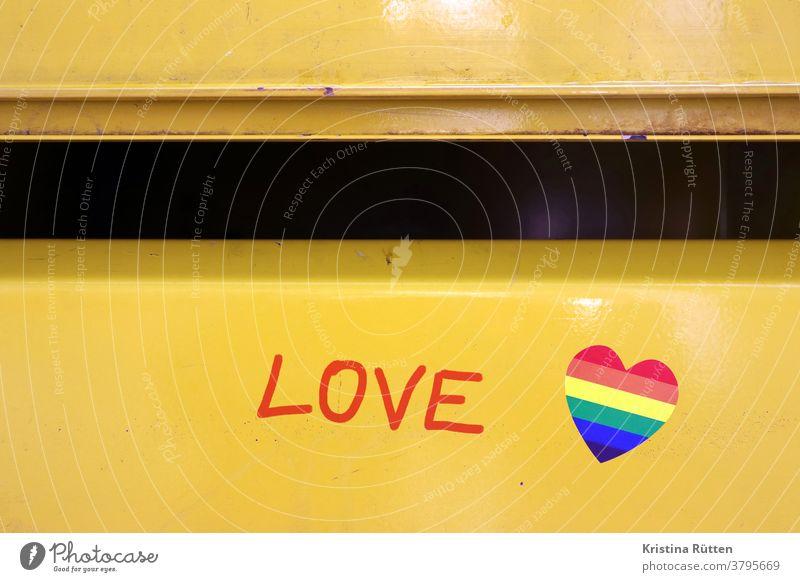 love schriftzug und regenbogen herz aufkleber am briefkasten herzchen regenbogenfarben briefkastenschlitz symbol symbolisch lgbt schwul lesbisch lesben schwule