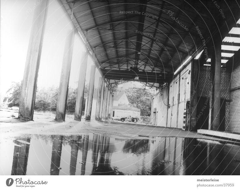 Industrie 02 Gebäude Fabrik Säule Pfütze Verfall Wasser Einsamkeit Schwarzweißfoto Architektur
