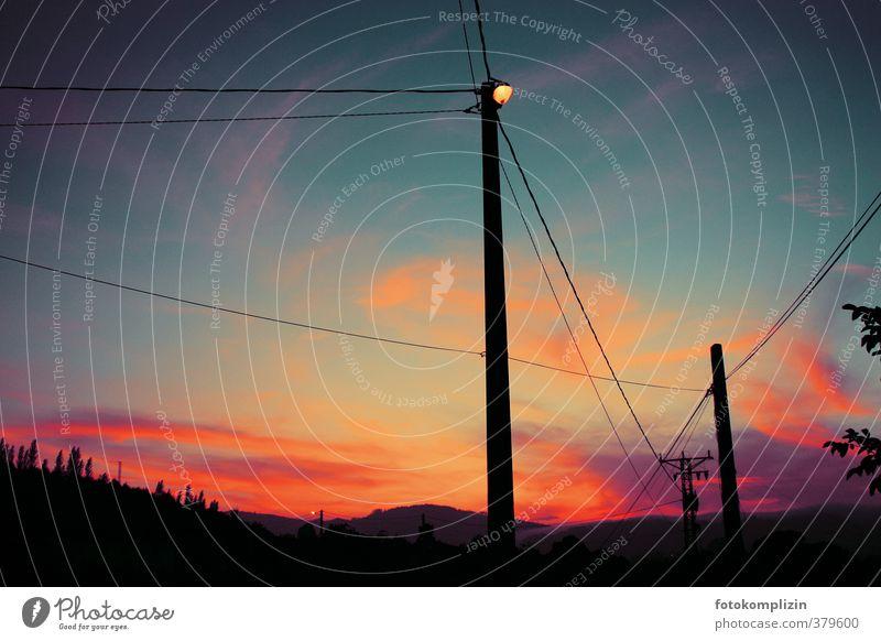 himmelrot Umwelt Himmel Sonnenaufgang Sonnenuntergang Stadtrand Menschenleer Straßenbeleuchtung Laternenpfahl stromkabeln leuchten träumen blau Stimmung