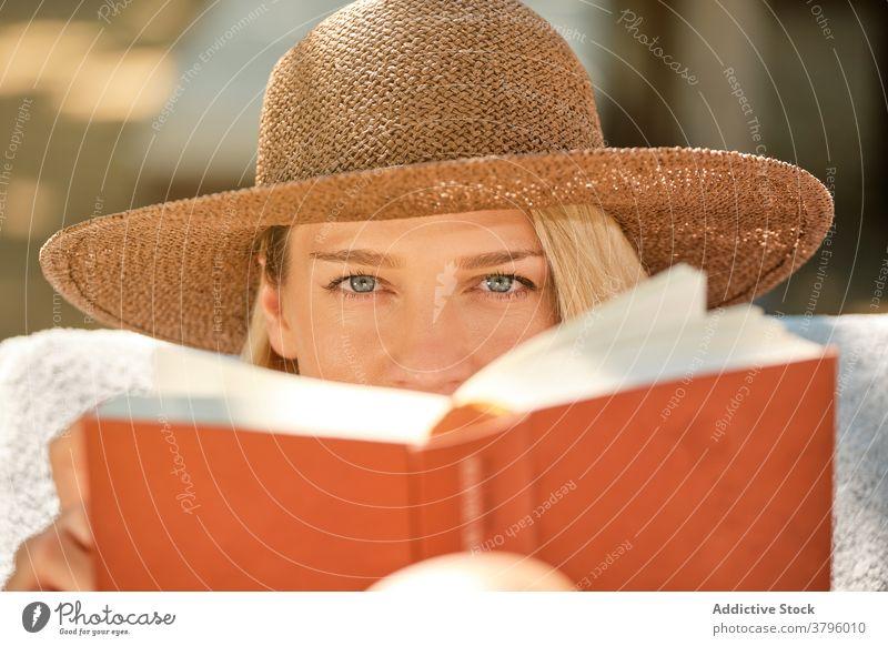 Weiblicher Tourist, der ein Buch liest, während er sich auf einem Liegestuhl ausruht Frau lesen ruhen Kälte schön reisen Glück Feiertag sich[Akk] entspannen