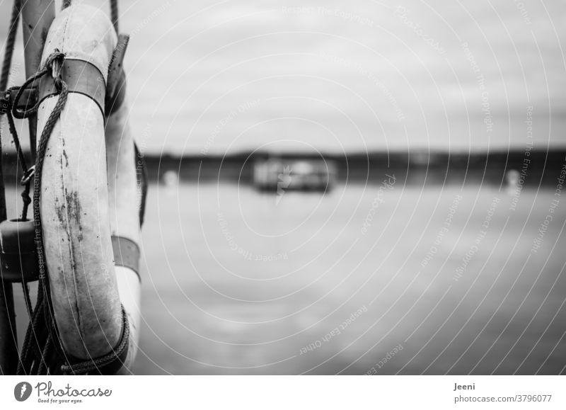 Rettungsring für Erste Hilfe auf einem Steg an einem See Wasser ertrinken Rettungsschwimmer schwimmen baden Meer Wasserrettung Sicherheit Rettungsdienst Strand