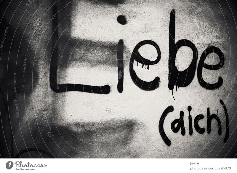 """Weiß geputzte Wand in einer Stadt mit dem Graffiti """"LIEBE (DICH)"""" Liebe Selbstliebe Schriftzeichen Mauer Buchstaben Wort Text schwarzweiß Straßenkunst Putz"""