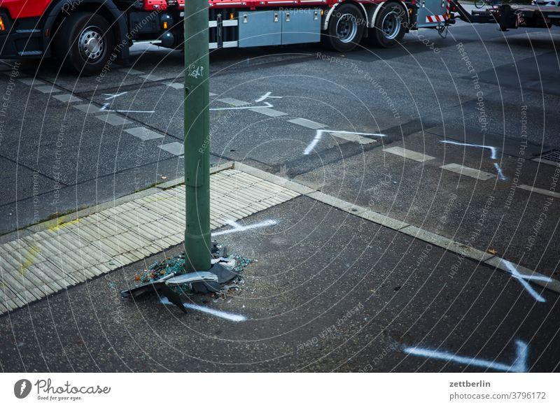Unfallstelle abbiegen asphalt ecke fahrbahnmarkierung fahrradweg hinweis kante kurve linie navi navigation orientierung pfeil rechts richtung straße wegweiser