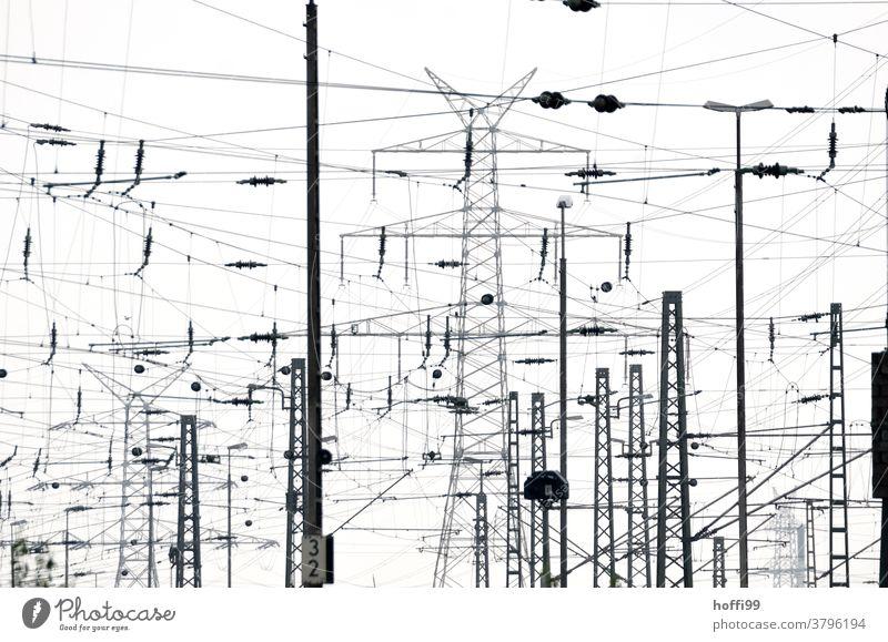 Leitungswirrwarr im städtischen Umfeld Oberleitung Strommast Elektrizität Elektronik Bahn Industrie Energiewirtschaft Industrieanlage Bahnhof Hafen trist modern