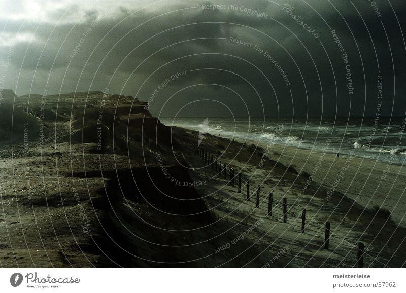 Düsterstrand 2 Strand Meer Wellen Wolken Küste dunkel grau kalt Wasser Landschaft Regen Nordsee