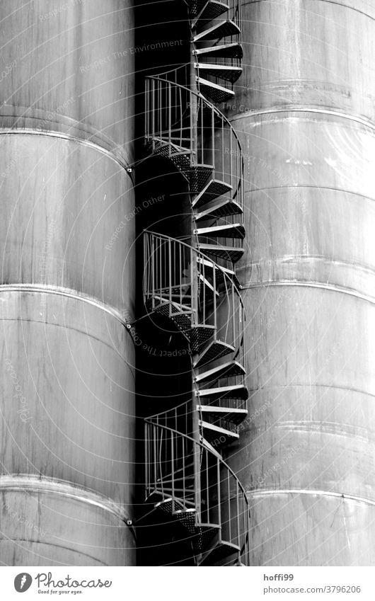 Treppe zwischen den Tanks Wendeltreppe Industrieanlage Kurve Lagerschuppen Gasometer Hafen Energiewirtschaft Silo Treppengeländer Gastank Öltank Fassade