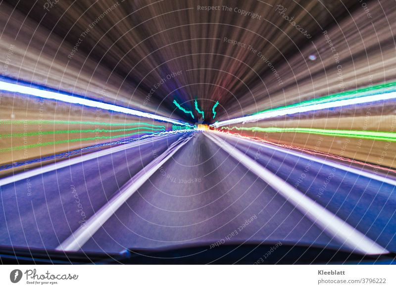 Langzeitbelichtung Tunnellichter 2 - Lichteffekte im Tunnel - Lichterband Lichtstreifen Neonfarben Geschwindigkeit Straße Nacht Verkehr Verkehrswege