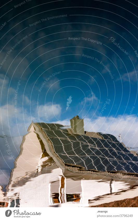 KfW 55 Reflexion & Spiegelung Wohnhaus Himmel Wolken Schönes Wetter Eigenheim Solarzelle Photovoltaik Photovoltaikanlage Neubau regenerative energie