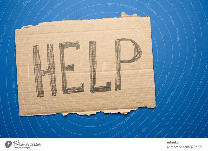 Stück Karton mit der Einschreibehilfe, Konzept der gegenseitigen Hilfe Krise Hilfsbereitschaft heimatlos menschlich Information Nachricht eine Papier Zeichen