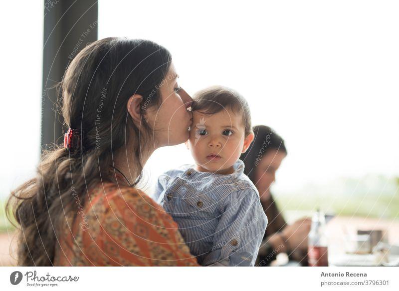Mutter küsst kleines Baby auf der Terrasse der Bar Mutters Tag Kuss Sohn Restaurant Liebe Lebensstile Menschen Frauen Kind Kinder Junge Pflege Eltern Muttertag