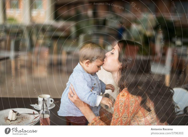 Mutter küsst kleines Baby an der Bar Mutters Tag Kuss Sohn Restaurant Liebe Lebensstile Menschen Frauen Kind Kinder Junge Pflege Eltern Muttertag Spanisch
