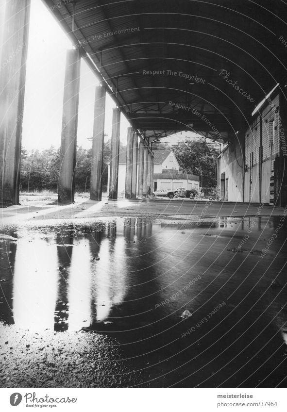 Industrie 01 Gebäude Fabrik Säule Pfütze Verfall Wasser Einsamkeit Schwarzweißfoto Architektur
