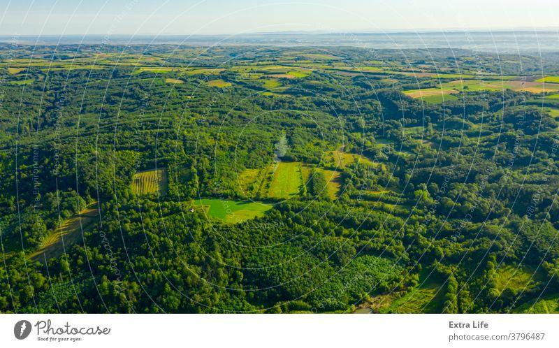 Luftaufnahme einer grünen Landschaft oben quer Antenne anbaufähig Buchse Schutzdach kultiviert Bodenbearbeitung laubabwerfend Dröhnen Ökosystem Umwelt Ackerland