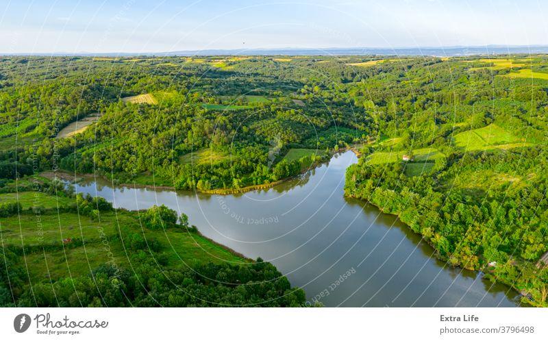 Oben: Landschaft über einem See mit Wald ringsum, Baumkronen oben Antenne Buchse Schutzdach Küste Küstenlinie Krone laubabwerfend Ökosystem Umwelt Ackerland