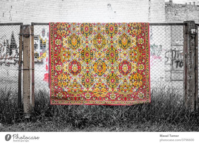 Teppiche trocknen unter der Sonne Kiew Ukraine hell Nahaufnahme Farbe farbenfroh Baumwolle heimisch Gewebe Zaun Material ineinander greifen orange im Freien rot