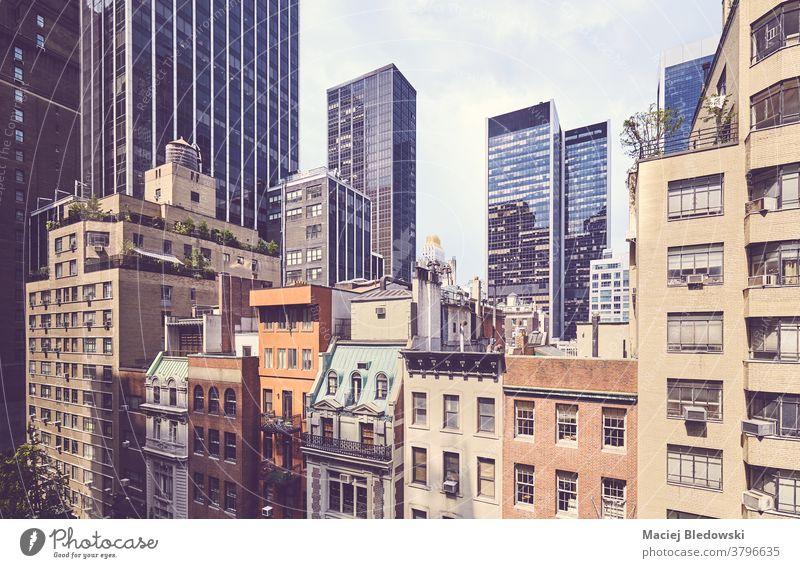 Retro-stilisiertes Bild der vielfältigen Architektur New Yorks, USA. Großstadt retro New York State Gebäude Büro Manhattan Appartement Haus nyc gefiltert