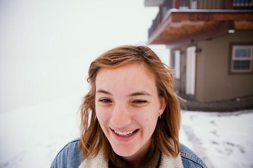Frau im Schnee spielen kalt Eis Frost Winter Schneetag eingeschneit verschneit Glück Lachen weiß Außenaufnahme horizontal im Freien heiter Umwelt Winterstimmung