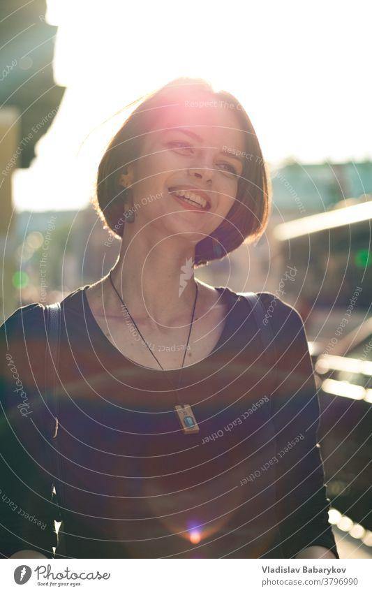 Mädchen lacht im Gegenlicht im Freien gemütlich Windstille leicht Behaarung Dame schön Farbfoto Schönes Wetter Schwache Tiefenschärfe Sommer Unschärfe Licht Tag