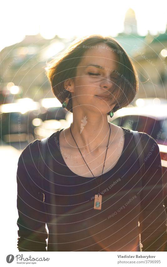 Mädchen schüttelt den Kopf im Sonnenlicht Blendeneffekt Glück Sonnenstrahlen Gegenlicht Blendenfleck Tag Licht Unschärfe Sommer Schwache Tiefenschärfe